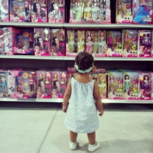 Like if she is at the museum looking at atwork..but of Barbie's Daughter Lia