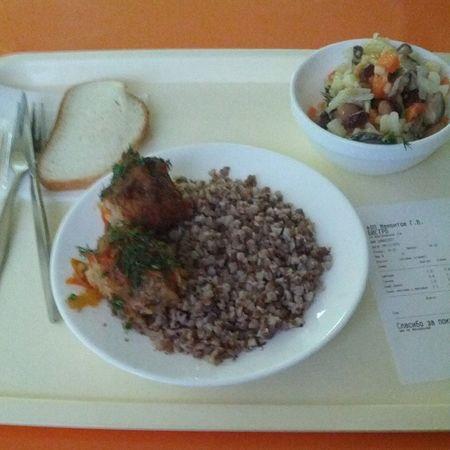 Скромный обед из гречка , тефтели , салат постный с фасоль-ю