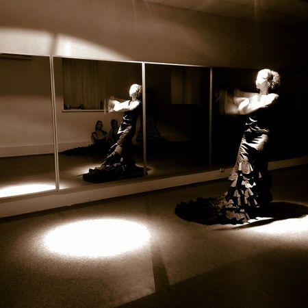Каждый раз, когда женщина танцует, она светится изнутри💫 Beautiful Olya @olgalakari and bata de cola💃 Flamenco Flamencogirls Flamencodancer Lightanddark Bata Batadecola танец фламенко бата