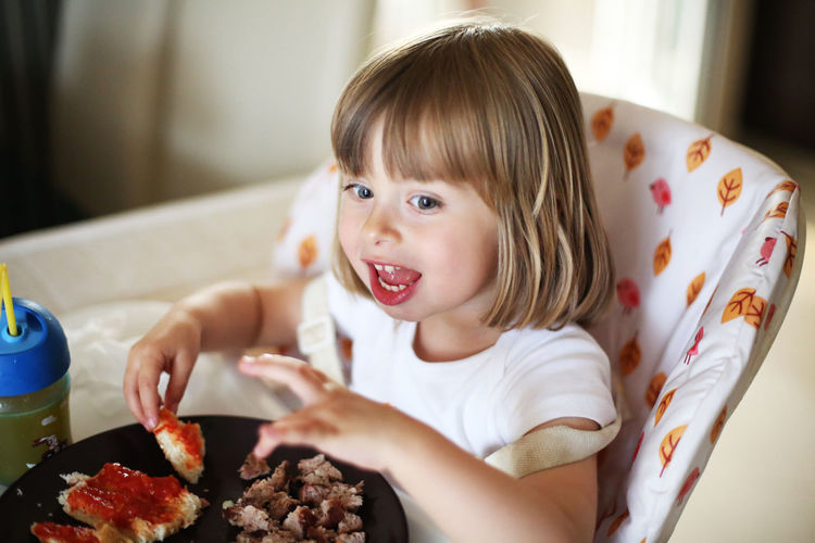 Casual Clothing Childhood Close-up Cute Eating Elementary Age Focus On Foreground Food Freshness Girls Headshot Innocence Leisure Activity Lifestyles Portrait Ready-to-eat Temptation
