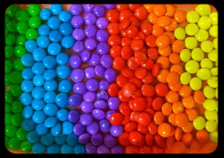 A louca que tudo separa por cor, hahaha. Candylicious Yummie! So Sweety M&m Photography Color Explosion