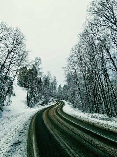 Oslo Mate 20 Pro Mate20pro Huaweiphotography Neige Snow ❄ Oslo Norvège  Road Tree Car Sky Winding Road Snow Covered Mountain Road Country Road Snow Countryside Snowcapped White Weather Condition Roadways Cold Empty Road Glacial