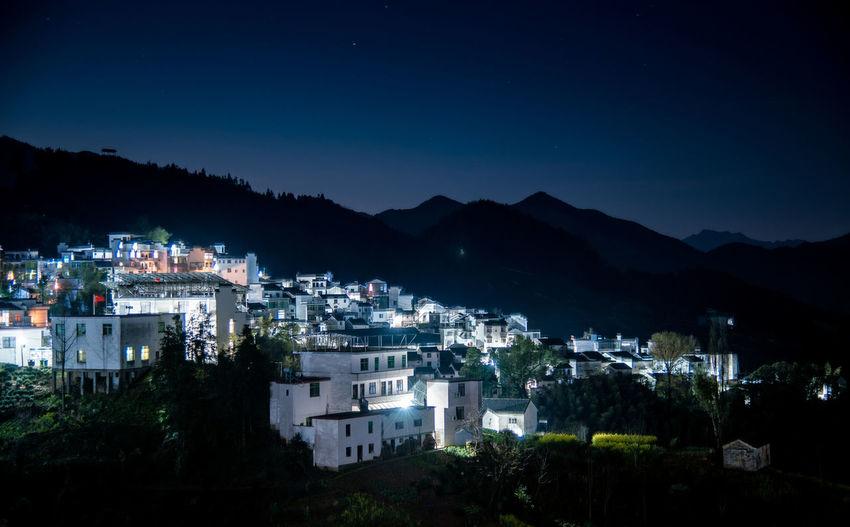 中国安徽歙县坡山村,夜晚山上的农