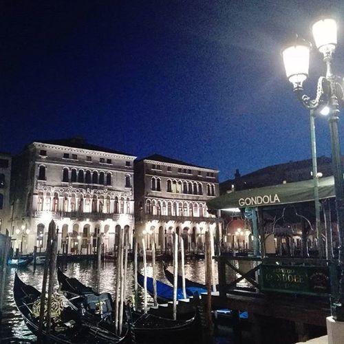 Perché non c'è nulla di più bello al mondo... Venice Venicebynight Lights Streetlights Reflectionsonwater Grandcanal Hiddenvenice Venezia Canalgrande Luci Riflessisullacqua Venezianascosta Solocosebelle