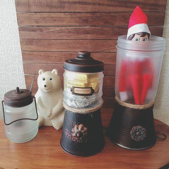 \キャンディポット de かくれんぼ/ エルフの『カハヴィ』は、良い隠れ場所を見つけたよ(๑´ㅂ`๑) クリスマスに関係なく、いつでも姿を見せるよ✧ もうすぐ節分だね。 準備しなくちゃ👹९(´౿`)७ キャンディポット 男前キャンディポット リメイク DIY ハンドメイド Handmade エルフオンザシェルフ Elfontheshelf かくれんぼ カハヴィ マイト コーヒー牛乳 しろくま貯金箱 北欧雑貨 ぬい撮り ぬいどり