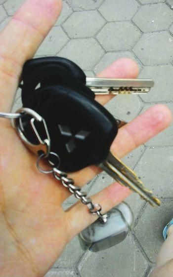 """Купила себе шаурмы, иду в """"свою"""" машину) сфоткала ключи, пока папа не видит ключи, ноги, Car, Keys, Road, Legs, в рыбарис Barnaul, Russia"""
