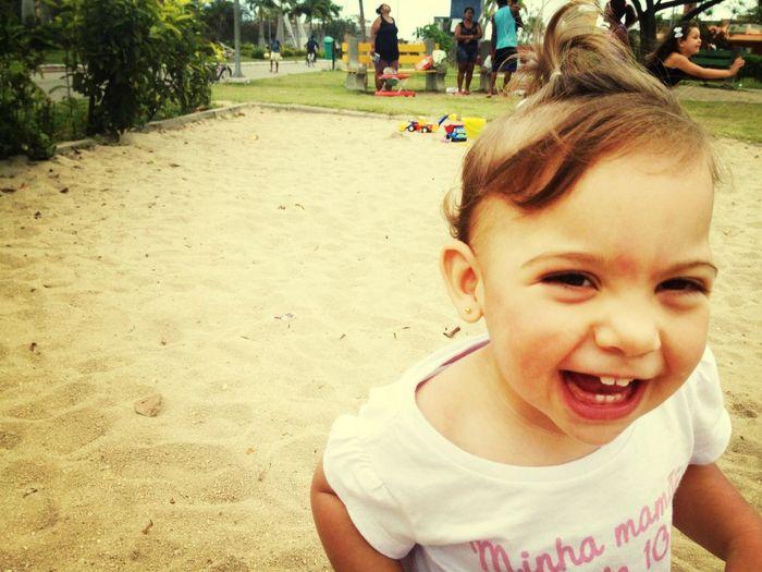 parquinho, areia, amiguinhos, diversão, irmã, papai, mamae, brinquedos, comer areia, brinquedo dos outros, água água água, sol, chuva, soninho, zzz...