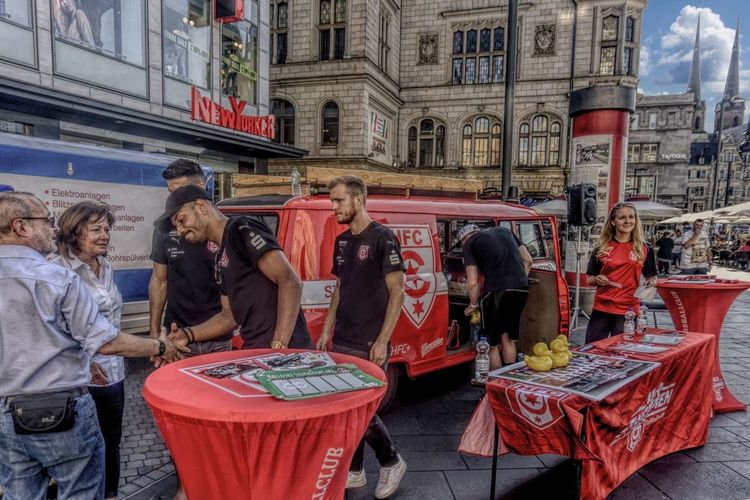 Autograph Session FC Halle FootBallerForLife⚽️❤️ Fußballspieler Architecture Autogrammstunde Building Exterior Built Structure City Day Large Group Of People Men Outdoors People Real People Standing Togetherness Women