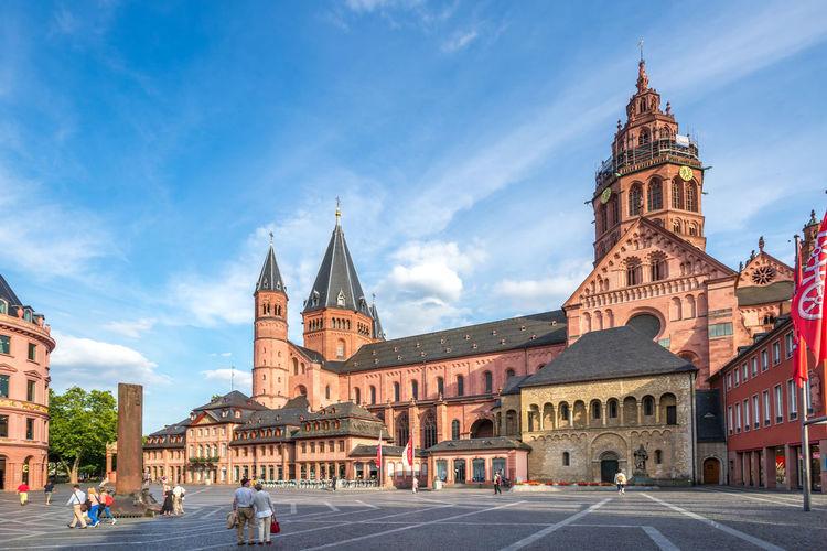 Mainz Cathedral Church Dom Fastnachtsbrunnen Mainz, Am Rhein Rheinland-Pfalz  Theater Bus Domplatz Germany Mainz Mainzer Dom