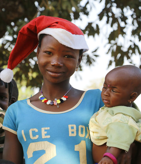 Children for christmas with christmas hat Children Christmas Xmas African Children Childhood Children For Christmas Christmas Decoration Christmas Hat Christmastime Close-up Day Front View Lifestyles Looking At Camera Outdoors Portrait Real People Xmas In Africa Xmas Time Xmas🎄