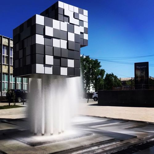 Фонтан Black And White Cube фонтан квадрат Кубы куб  Architecture Built Structure Motion Day Building Exterior Nature Sky No People Fountain Outdoors Building Sunlight Clear Sky Blue City
