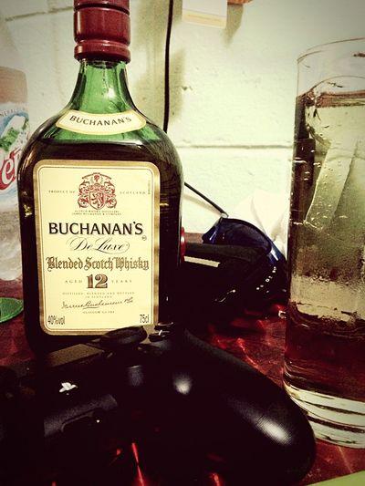 Entre mi alcoholismo y mi amor por los videojuegos no hay rivalidad 😍😎😆😬 PS4 BUCHANAN'S