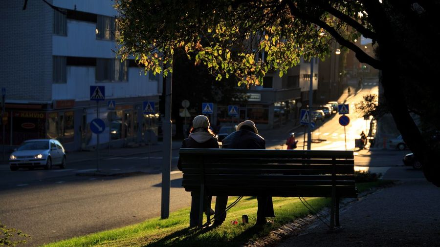 Enjoying the sun Autumn Autumn Colors Autumn Leaves Autumn🍁🍁🍁 Sunset Sun Leaves City Streetphotography Couple Sitting Bench Here Belongs To Me People Together