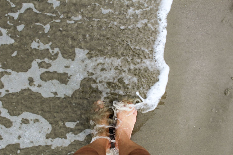 Praia, água do mar, areia Personal Perspective Human Leg Canvas Shoe Legs Crossed At Ankle Human Feet Footwear Shoe Low Section Flowing Water Surf Flat Shoe Rushing Human Foot Waterfall Sandal Feet Slipper  Wearing Ankle Deep In Water