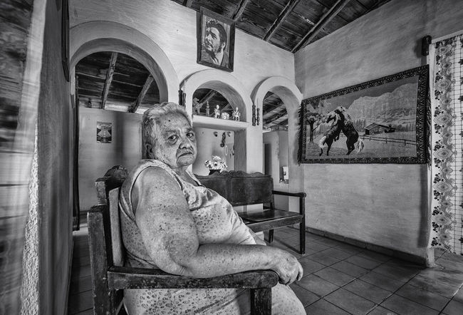 Lady sitting in her lounge Black & White Che Cuba Dreams Guevara Horses Portrait Of A Woman Revolution Black And White Photography Blackandwhite Blackandwhite Photography Cuban Life Horse Portrait Sitting EyeEmNewHere An Eye For Travel The Portraitist - 2018 EyeEm Awards
