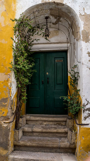 """Óbidos is a Portuguese town in the district of Leiria, in the Centre Portuguese region and close to the Atlantic Ocean coast. The name Óbidos comes from the Latin """"oppidum"""", which means """"fortified city"""". Definitely a """"must see destination"""" on your next trip to this surprising country. Find more here http://bit.ly/1NjgnA5 Beautiful Cities City Discovering Door Europe House Leiria Medieval Old Photography Places Portugal Town Travel Traveling Visiting Óbidos"""