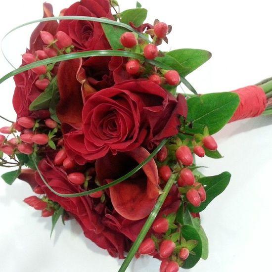 Ramo de novia. Bridal bouquet Vigo Flores Bridalbouquet Wedding Ramosdenovia Bouquet Roses Alea Calas Aleafloristerias Flowers Hiperico Rojo Red Rosso Rouge