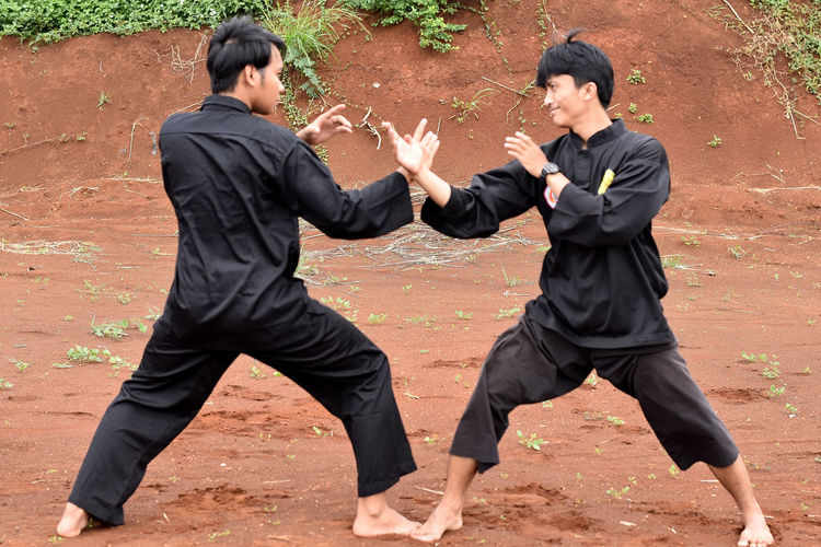 Pencak Silat Pencak Silat Silat EyeEm EyeEmNewHere EyeEm Gallery EyeEm New Here Eyeem Market INDONESIA Fight Only Men Two People Outdoors Adult Friendship Young Men People Togetherness Competition Day Adults Only Conflict Young Adult