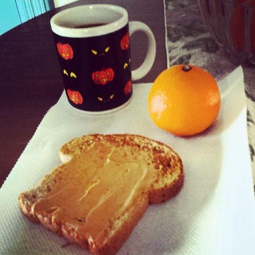 Breakfast at 4pm. Peanutbutter Mandrine Coffee Halloweenmug orange toast noms