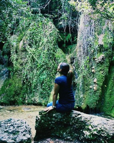 Guerra me da cualquiera, pero paz casi nadie. Real People One Person Day Women Water Sitting Nature Adult Only Women Waterfall