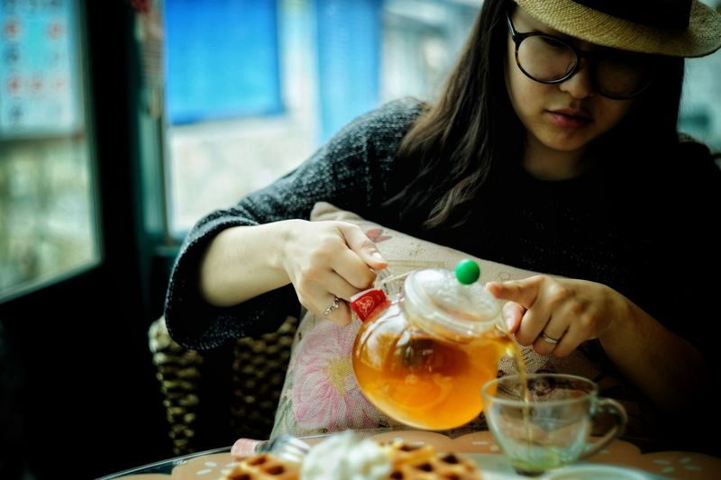 remake 2016 Lifestyle Fruit Tea Afternoon Tea Enjoy Girl Zisunword Human Hand Eyeglasses  Drinking Glass Women Drink Table Young Women Food And Drink Orange - Fruit Drinking Straw Urban Fashion Jungle