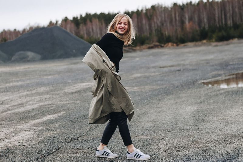 19 апреля. Это я сьезжаю вниз... EyeEm Selects One Person Winter Clothing Warm Clothing Cold Temperature Real People Full Length Lifestyles Young Women Leisure Activity Looking At Camera Standing Women Young Adult Day Snow Portrait Nature Outdoors Scarf