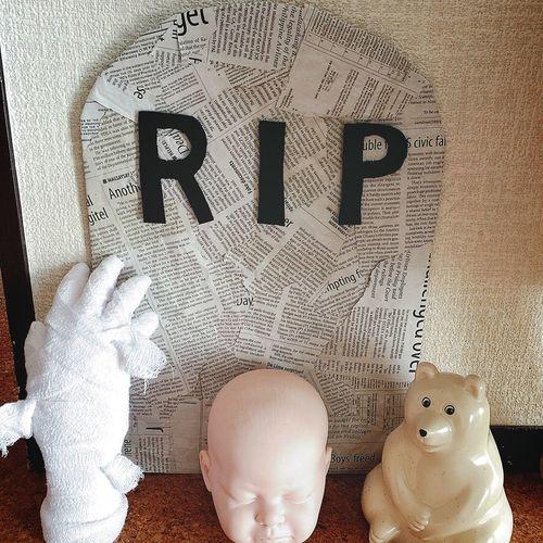 R.I.P 外国の墓石を作ったよ💀✨ 色を塗ってしまうよりは、海外の新聞紙をペタペタ貼ったほうが、なんだかクラフトっぽくて好きな雰囲気🗞✨ 赤ちゃんの顔は何も加工してないけど、うーん…ものたりない😑 ハンドくんは、ぐるぐる包帯を巻いただけさ✋🏼🕸👻 ハロウィン ハロウィーン Halloween バンド ミイラ HalloweenDIY Halloweendecoration 墓石 Rip クラフト Craft Handmummy シロクマ しろくま貯金箱 北欧 北欧雑貨 包帯 ぬいどり ぬい撮り
