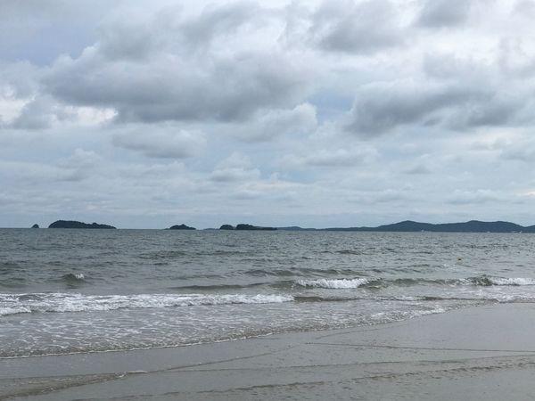 ทะเลไทย Sea Cloud - Sky Water Beach Sky Nature Scenics Tranquility Beauty In Nature No People Wave Tranquil Scene Day Sand Outdoors Horizon Over Water Rayong,Thailand EyeEm Here Vacations Tranquility