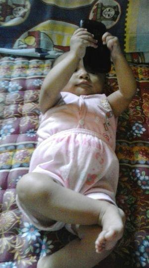 Taking Photos Keponakanku Sayang Kalila Khanza lagi BBM ibunya minta susu :D