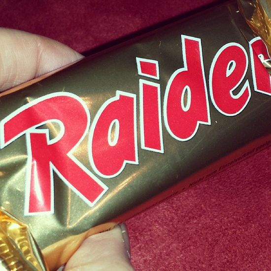OMG! Raider brings me back to the 80s ♥ Raider Chocolate Chocolatebar Twix candy timetravel 80s retro instalove instadaily bestoftheday pictureoftheday love loveit childhoodmemories