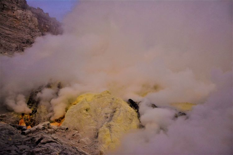 Sulphur mining in Kawah Ijen, also known as the Devil's gold. Java Island INDONESIA Yellow Sulphur Mining Kawah Ijen Volcano Kawah Ijen Ijen Crater Sulphur Volcano Environment Heat - Temperature No People Beauty In Nature Smoke - Physical Structure Occupational Safety And Health Occupational Hazard Toxic Gas The Photojournalist - 2019 EyeEm Awards