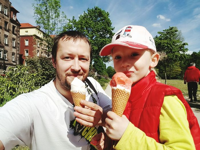 Street Food Worldwide Ice Cream Ice In Luck Eis Im Glück Tree Cappy Sky Relax Hello World Its Me Happyness Green Red White Park - Man Made Space