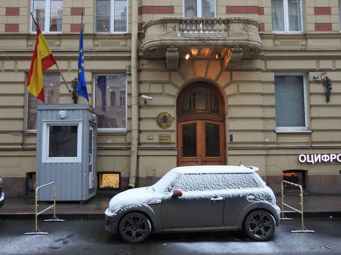 консульство Испании MiniCooper Spain♥ SPAIN Winter Snow Russia Colors Of Sankt-Peterburg Sankt-Petersburg Europe Flags Streetphotography Car Transportation Built Structure Window Architecture Building Exterior Day