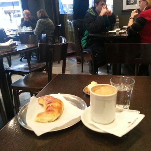 Cafecito con media luna. Como para pensar en el desplome del peso argentino frente al dolar