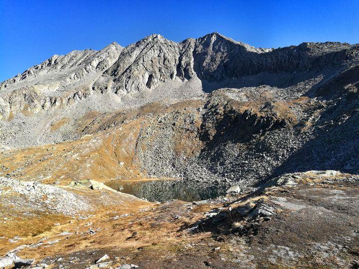 Wirklich frei ist man dort, wo das Wasser am klarsten ist 🙂 Bergsee 😍 Bergsee Klares Wasser Happy Cold Water Lake Clear Sky Blue Mountain