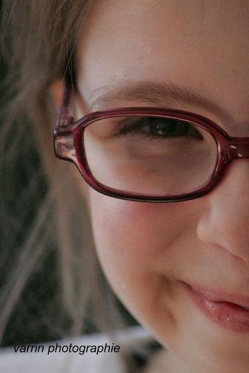 Enfant Fille Portrait Couleur Portraits Regard Regards Sourire Visage
