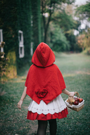 Cosplay Cosplayer Cosplaygirl Real People Child Red One Person Focus On Foreground Childhood Women Lifestyles Girls Day Land Rear View Plant Clothing Standing Three Quarter Length Tree Leisure Activity Field Outdoors Hood - Clothing Warm Clothing Obscured Face Innocence Little Red Riding Hood