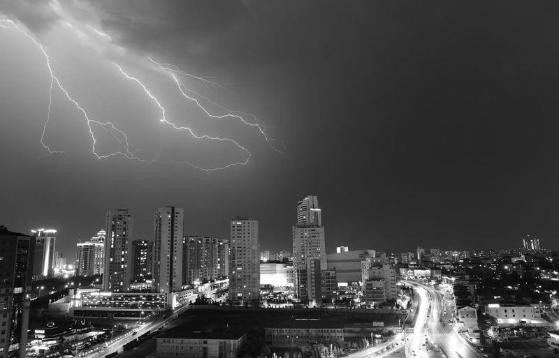 Chain Lighting Black & White Thunderbolt Rain