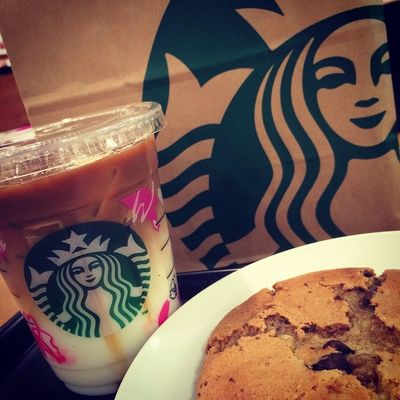 2015.03.06 STARBUCKS® ForHere Tall Ice NoFat CaramelMacchiato ChocolateChunkCookie . 病院終わってマステ探して歩き回って 疲れたので休憩w 1日の内に何回スタバさまに来るので しょーか?꒰*´艸`*꒱ . 完全に、みつぐ君ですなw . そして、やっぱり… 寝もい(_ _).。o○ . Starbucks Starbuckscoffee スタバ Miillainsはスタバっ子w Miillains 久しぶりのきゃらまき まきまき