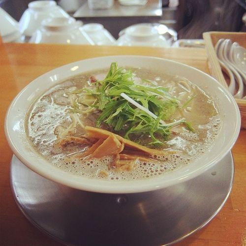 ラーメン目的で秋田県由利本荘市まで遠征。麺饗松韻さんでこってりラーメン食べました。なんと暖簾が栗田未来氏の書だった。