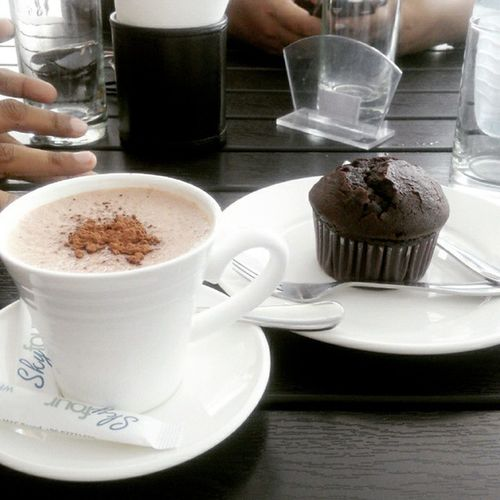 Trying out a new place with Juma and Zee ☕🍮 Hotchocolate Cholatechipmuffin