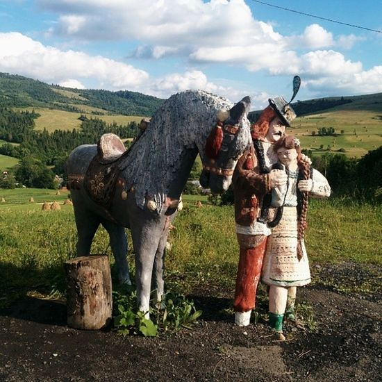 Кінь з хлопцем і дівчиною, конь памятник козак закарпаття карпати
