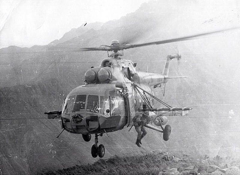 Udssr афганистан AFghanistan 35mmfilmphotography Black & White 1985 Mi-8 lAnding СССР ОКСВА Вертолет Ми-8 десантирование десант в горах