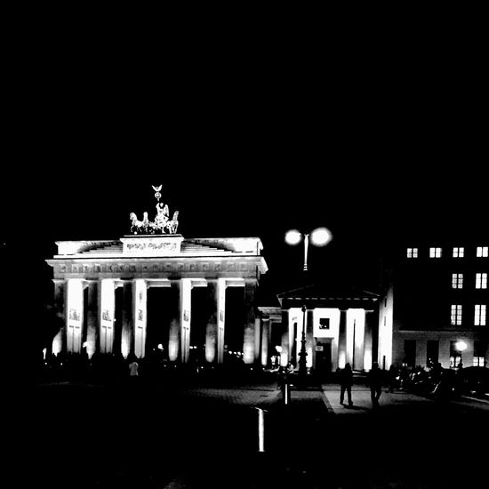 The Tourist ... 🚶🏻 Tadaa Community Blackandwhite Nightphotography Night Lights Walking Around From My Point Of View Taking Photos Urbanexploration Berlin Der Reisende ... the coffee was awesome 🚶🏻🚶🏻😘😘 http://youtu.be/22Z4Tv1zn-s
