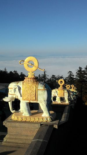 峨眉山 Cloud Sea (雲海) 峨眉山 Astronomy Sculpture Astrology Sign Statue Water Sky Close-up