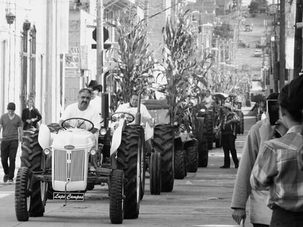 Mexico_maravilloso Street Photography Black & White Blanco Y Negro Leslie_Gr_In Peoplephotography Streetphoto_bw Tractors Caña Desfile