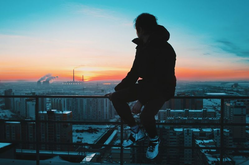 Уходящий закат Sunset Sky Building Exterior Full Length City Architecture Built Structure Horizon Over Water Cloud - Sky One Person Outdoors Lifestyles Leisure Activity Real People Silhouette Nautical Vessel Cityscape Sea Water Men