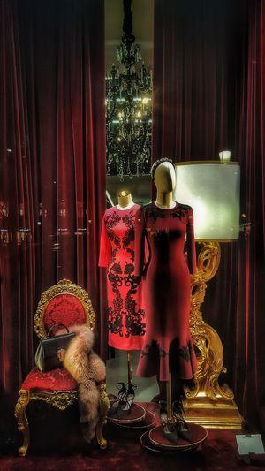 La ropa no va a cambiar el mundo, las mujeres que la visten lo harán.-Anne Klein Red Curtain Indoors  Home Interior No People Escaparate Escaparates Bonitos Fhasion Design Fhasion Fhashion Design moda Lamparas Lights From My Point Of View