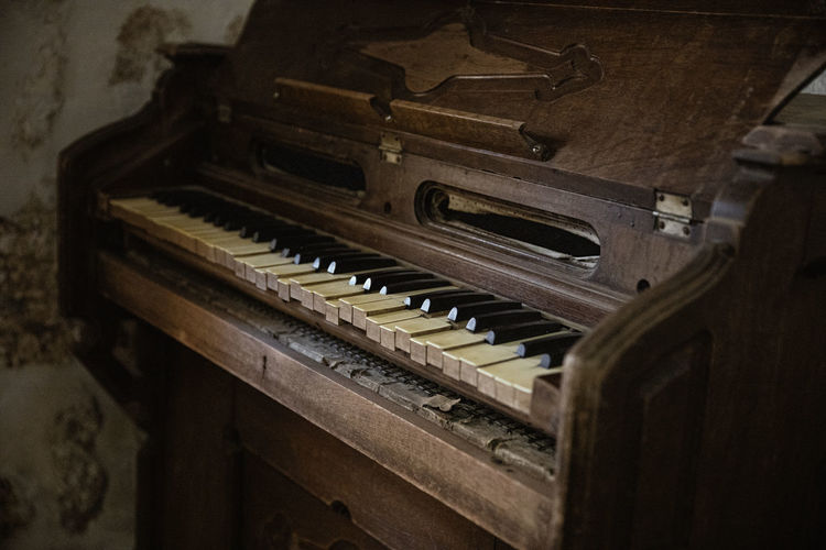 Musical Equipment Musical Instrument Music Piano Indoors  Piano Key Arts Culture And Entertainment Old No People Selective Focus Wood - Material Antique Still Life Close-up Keyboard Instrument Retro Styled Keyboard Abandoned In A Row