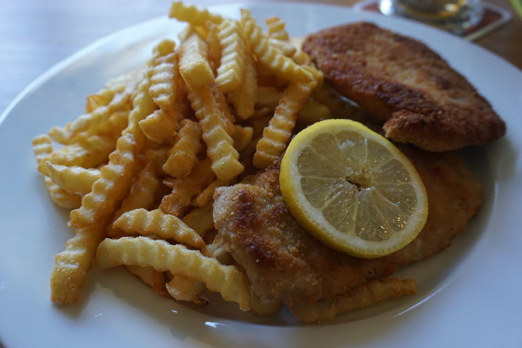 Schnitzel mit Pommes Frites Citrus Fruit Close-up Day Food Food And Drink Freshness Healthy Eating Indoors  Meat No People Plate Ready-to-eat Serving Size SLICE Still Life